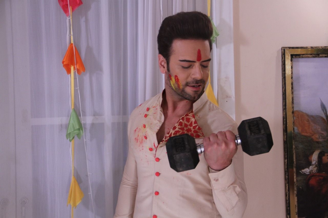 Sanjay Gagnani working out in between shots on the sets of Kundali Bhagya